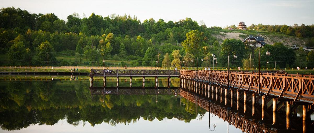Obrazek przedstawia widok na molo w gminie Krasnobród.