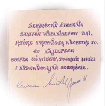Obrazek przedstawiający różową kartkę życzeń emerytalnych