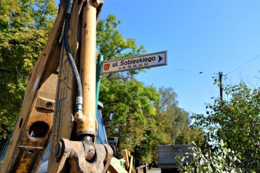 Na obrazku widnieje znak drogowy z ul. Sobieskiego