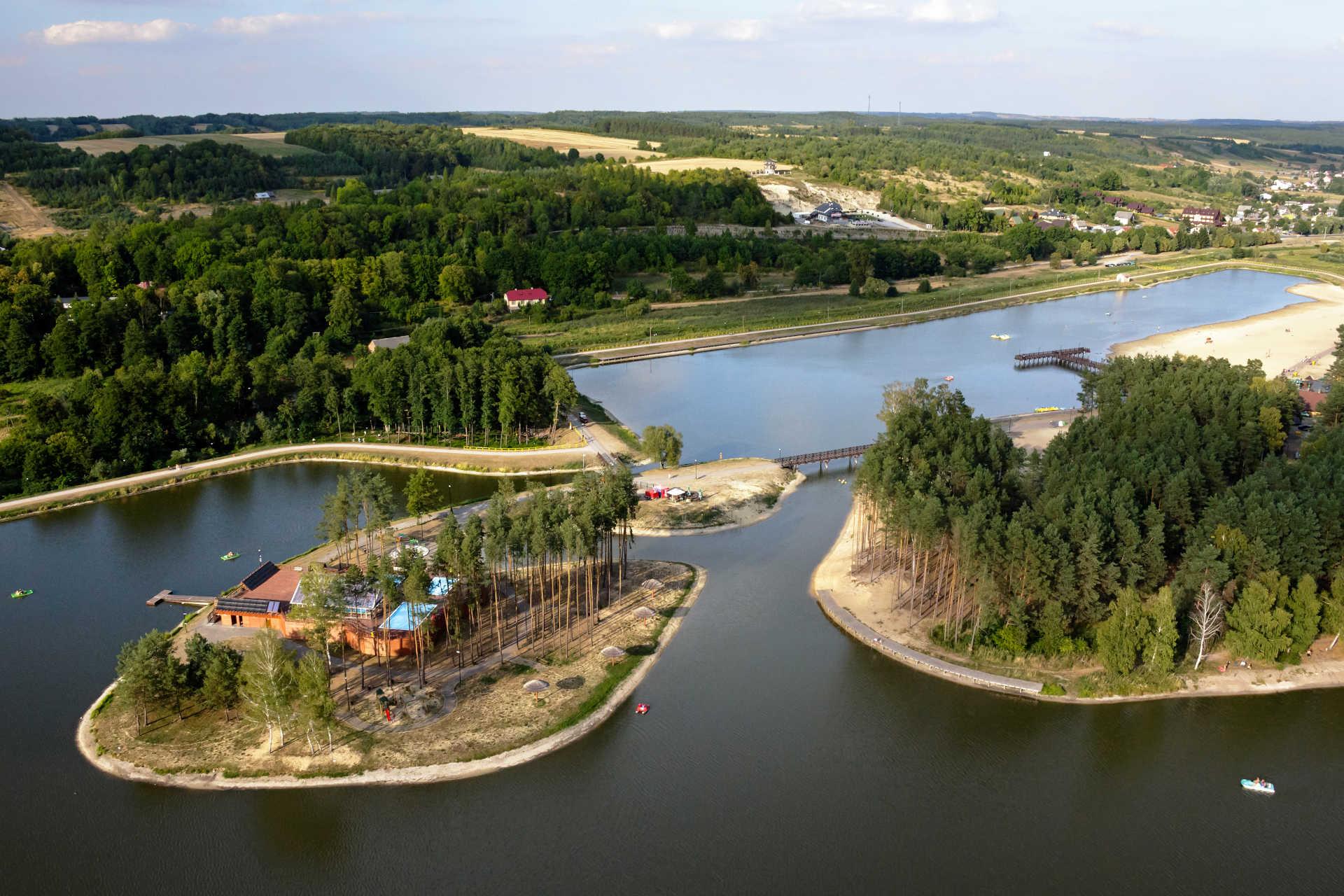 Obrazek przedstawia zdjęcie zalewu w gminie Krasnobród z lotu ptaka.