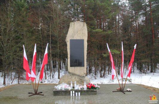 zdjęcie pomnika upamietniajacego bitwe stoczona przez zolnierzy armii krajowej