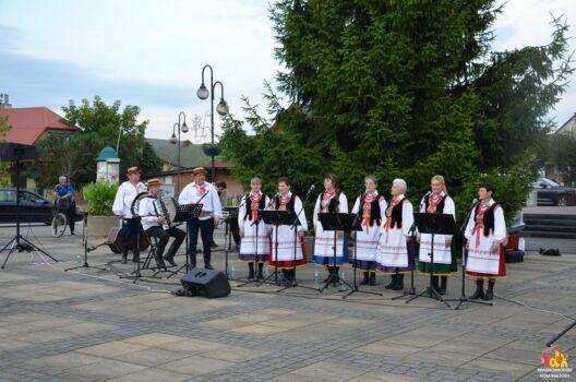 """Koncert """"Wójtowian"""" na Placu Siekluckiego w Krasnobrodzie"""